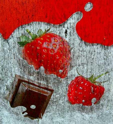Verschmutzte Werbetafel mit Früchten