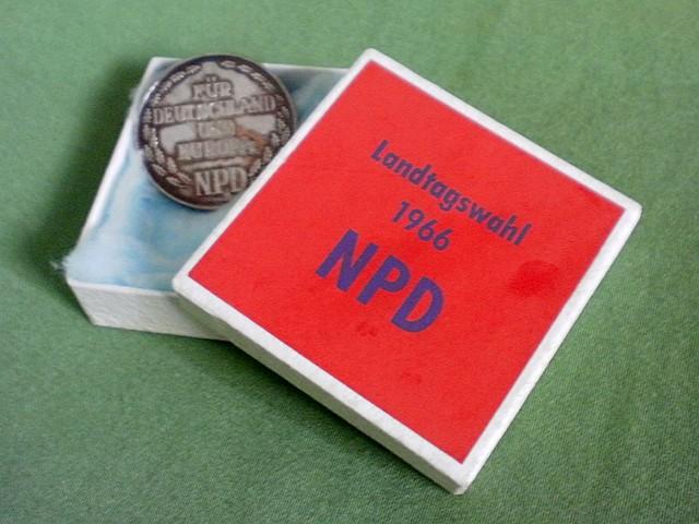 Wahlkampfmaterial der NPD aus dem Jahr 1966: Silbermedaille mit Prägung auf der Vorderseite 'Für Deutschland und Europa NPD'