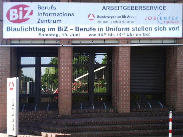 Ausgehängtes, großes Transparent am Jobcenter Hannover: BiZ Berufs Informations Zentrum -- Blaulichttag im BiZ, Berufe in Uniform stellen sich vor! Samstag 13. Juni von 10:00 bis 14:00 Uhr im BiZ