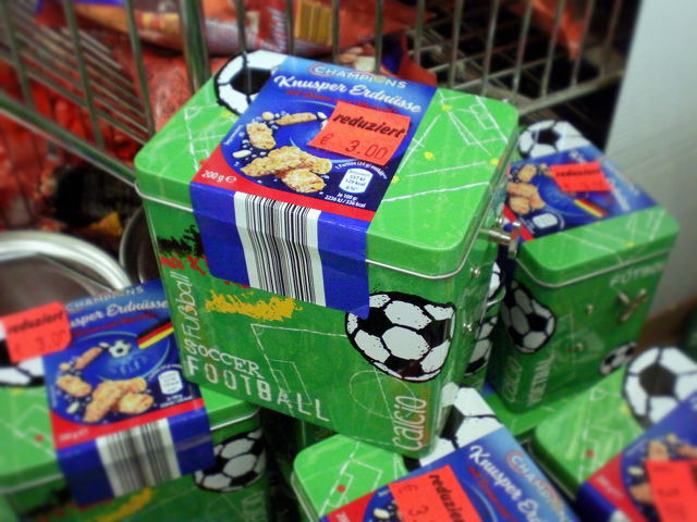 Junkfood-Dose mit Fußballmotiv und aufziehbare Spieluhr, die das Deutschlandlied spielt, reduziert